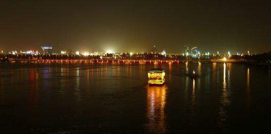 Dubai bei Nacht auf dem Spaziergang zurück