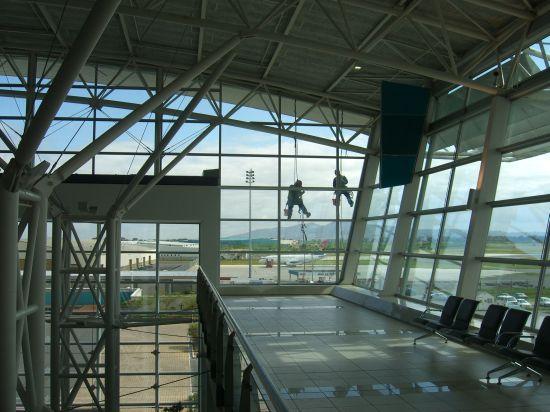 Fensterputzer in Kapstadt auf dem Flughafen