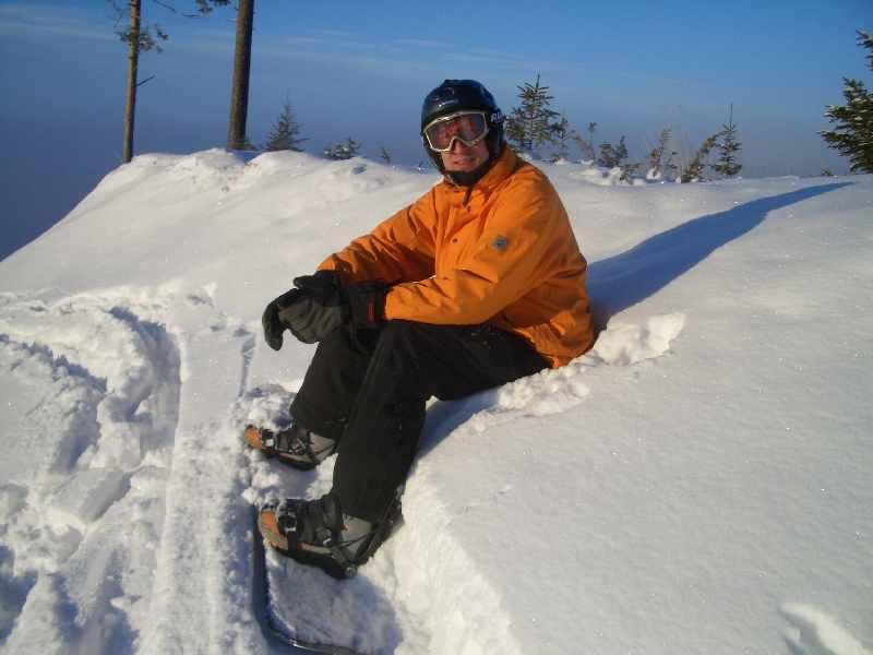 Snowboard sitzend